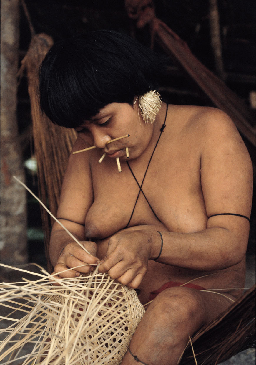 A Yanomami woman from the village of Konapuma-teri at the Siapa river weaves a basket.